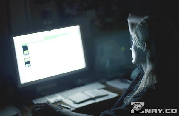 Девушка в поиске видео в сети