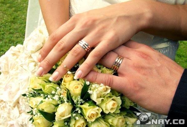 Обручальное золотое кольцо и невеста