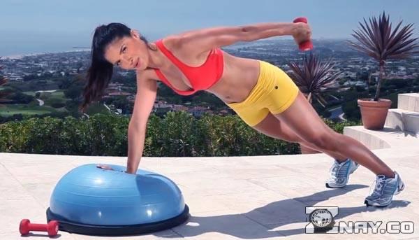 Фитнес-тренер показывает упражнение на bosu