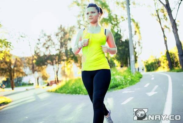 Начинающий спринтер бежит, снижая вес