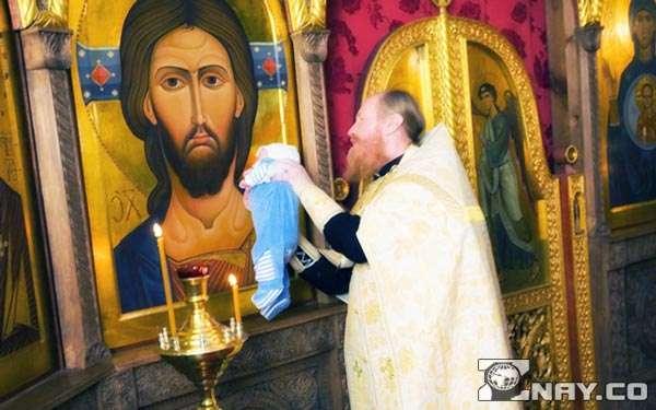 Служитель церкви протирает икону