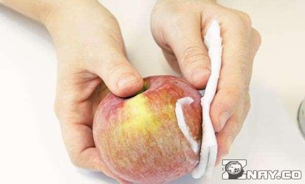 Натирают яблоки воском