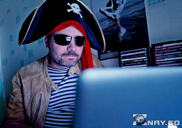 Скачивает на пиратских сайтах