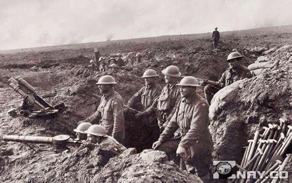 Бойцы в окопах - солдаты на войне