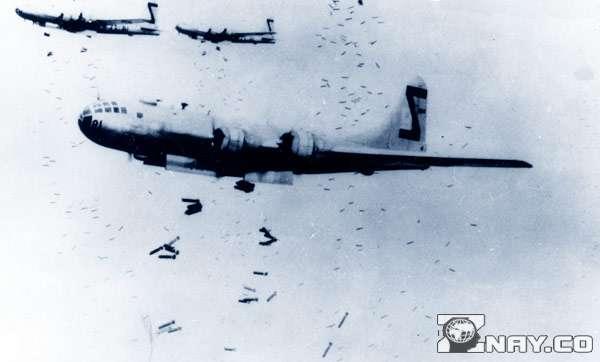 Самолеты сбрасывают бомбы на Нагасаки