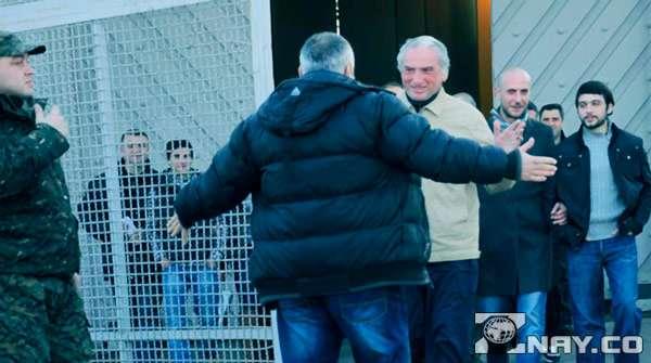 Заключенный выходит из тюрьмы