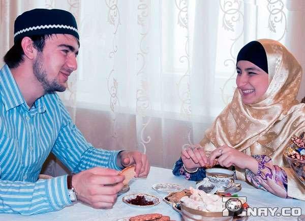 Мусульмане ужинают - семейная трапеза без свинины