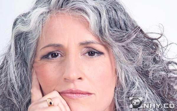 Женщина с серыми волосами