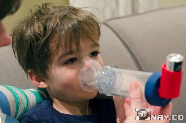 Мальчик дышит паром