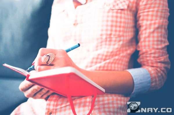 Делает записи в дневнике