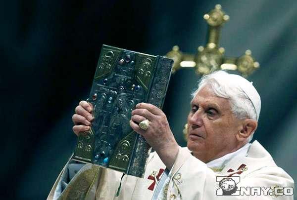 Католик с библией