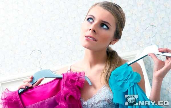 Выбирает платье для рандеву