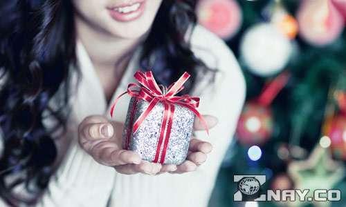 Девушка растрогана - лучший подарок