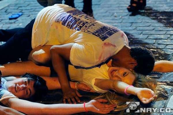 Лежат пьяные на земле