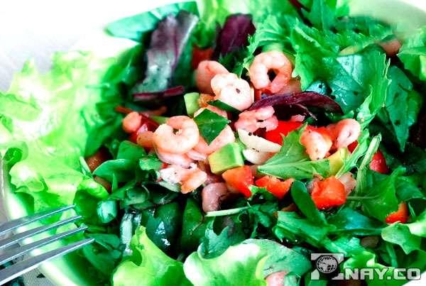 Добавление уксуса в листовой салат