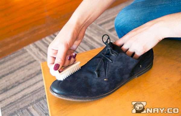 Чистит велюровые туфли
