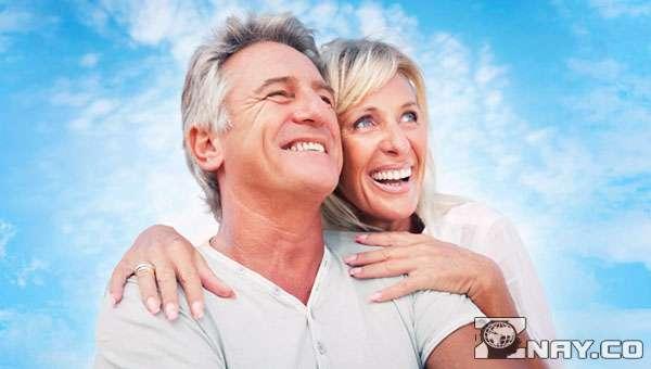 Любимая женщина с мужем - седым и старым