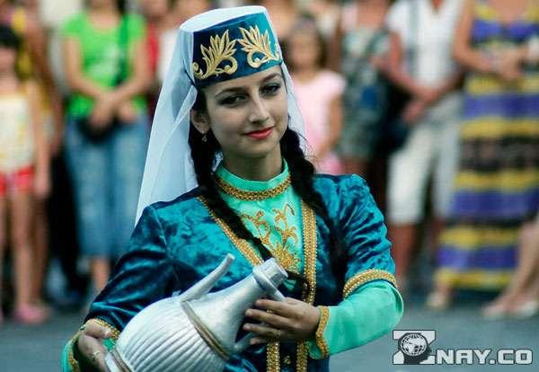 Девушка в украшениях с кувшином