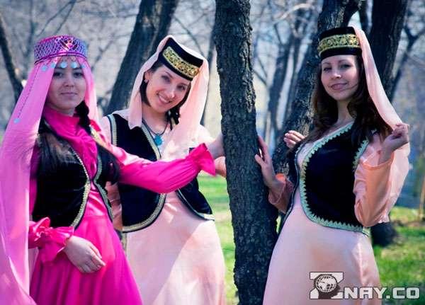 3 девушки с изю