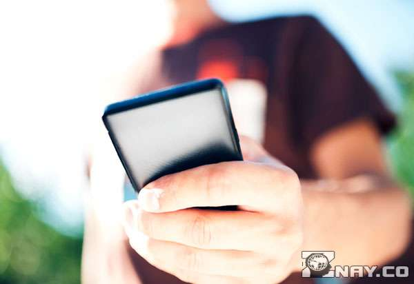 Плохо видно телефон в руке