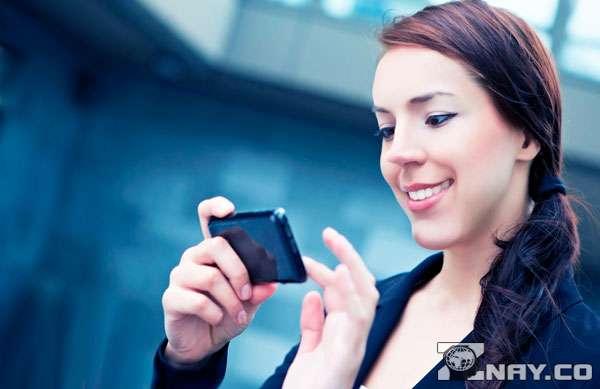 Читает язык сообщений на телефоне