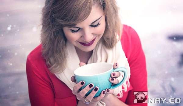 Кружка с чаем и симпатичная девушка