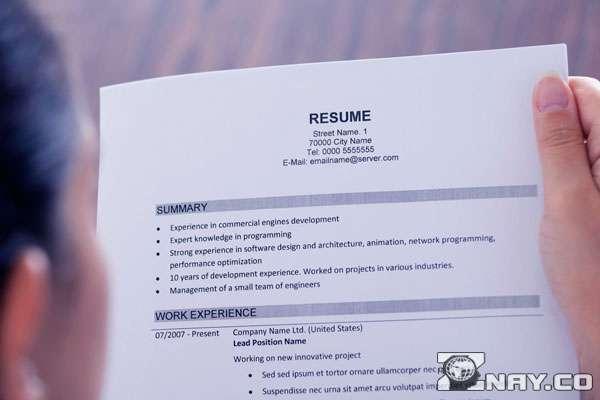 Читает резюме вакансии