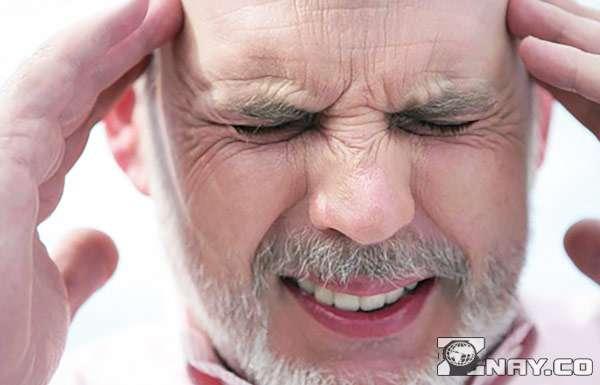 Сильная головная боль у мужчины