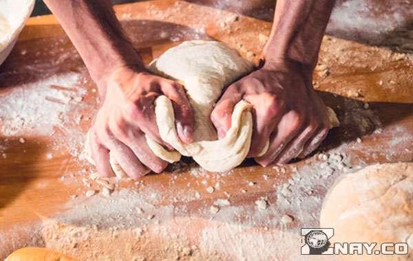 Замешивает тесто для выпечки