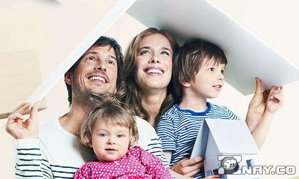 Молодая семья под крышей