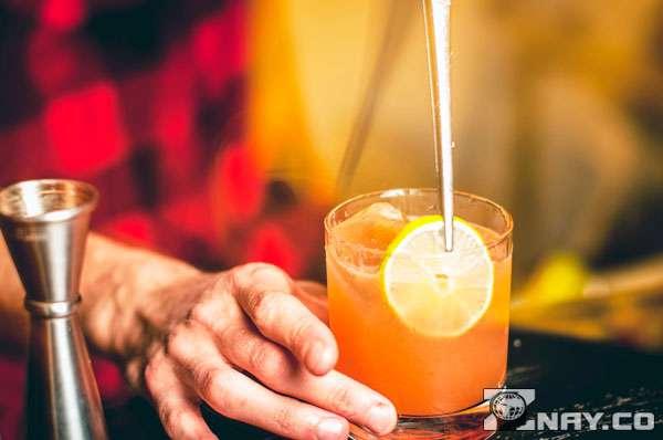 Бармен делает коктейль Гринвич