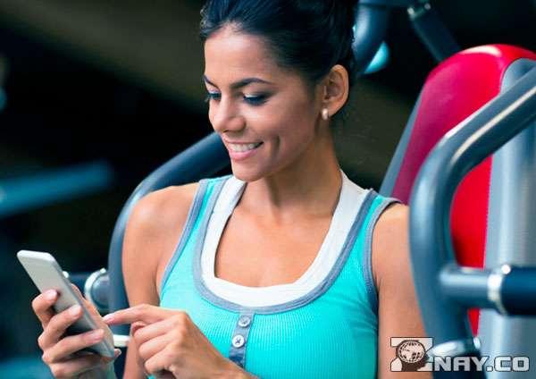 Фитнес-приложения для снижения веса - девушка и смартфон