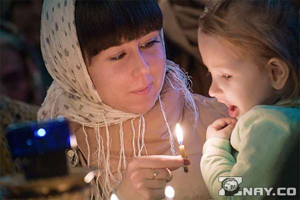Девушка с ребенком в платке
