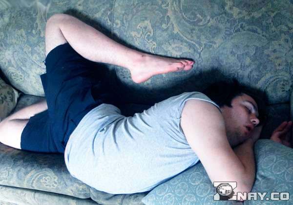 Неудобная поза спящего