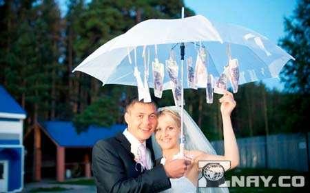 Молодожены под денежным зонтом