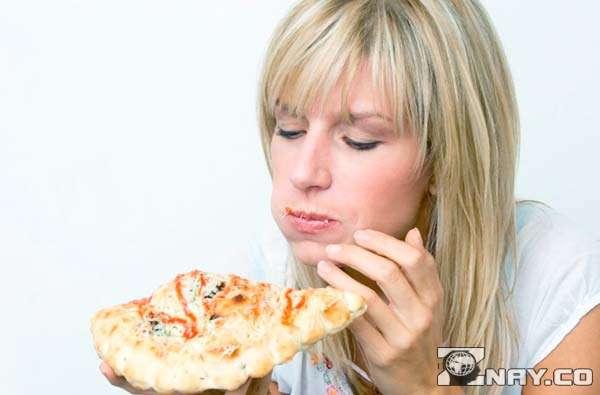 Девушка питается пиццами