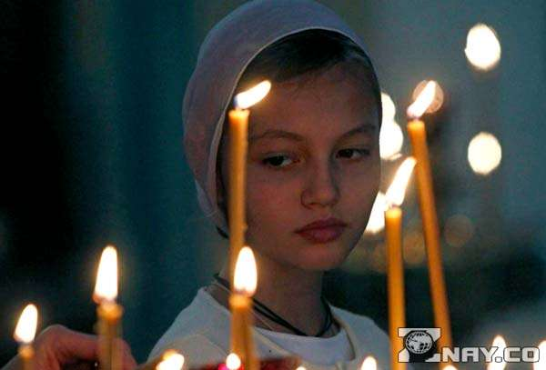 Девушка молится - благое дело