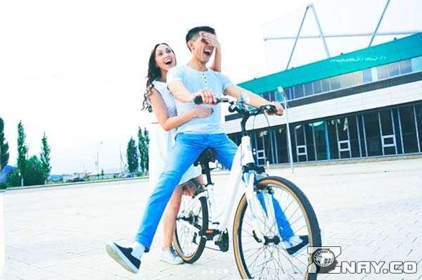 Парочка катается на велосипеде