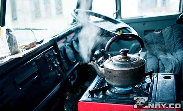 Чайник в машине на портативной печке