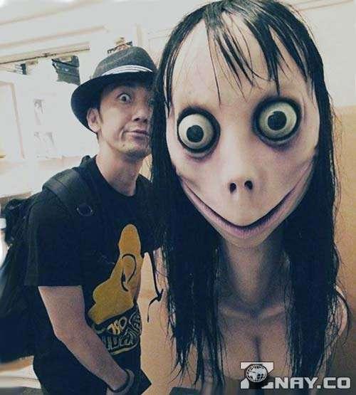 Момо стоит с Японцем