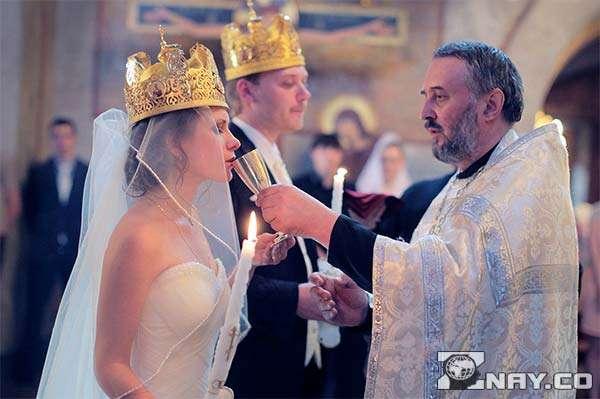 Обряд со священником в церкви