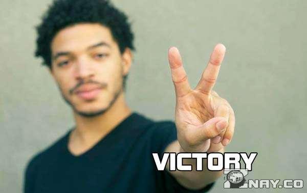 Пальцы в виде буквы V - VICTORY