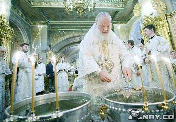 Приготовление святой воды в церкви