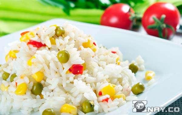 Дикий рис с овощами в тарелке