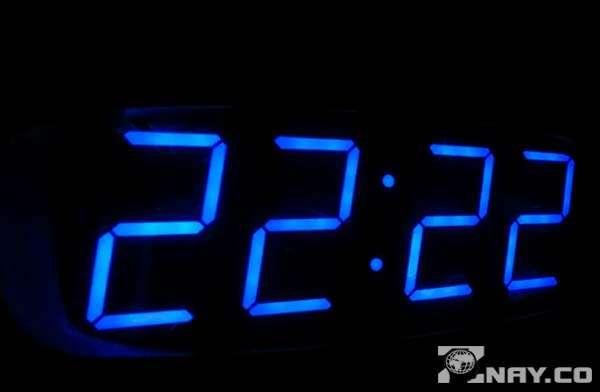 Время на электронных часах - одни двойки