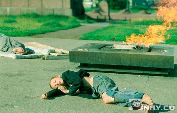 Дети спят на земле - низший слой населения