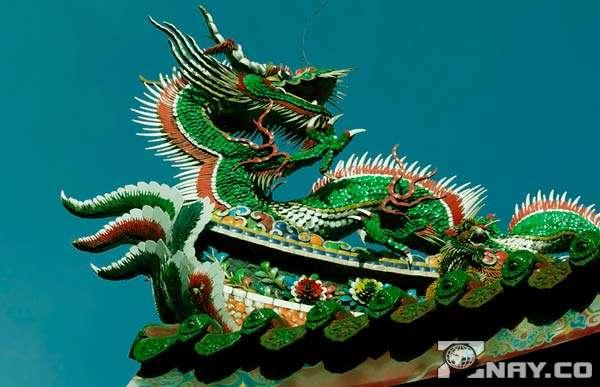 Дракон на крыше буддистского храма