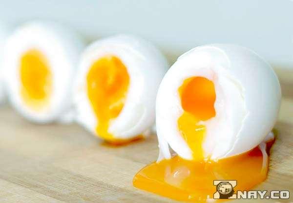 Приготовленные яйца в мешочек