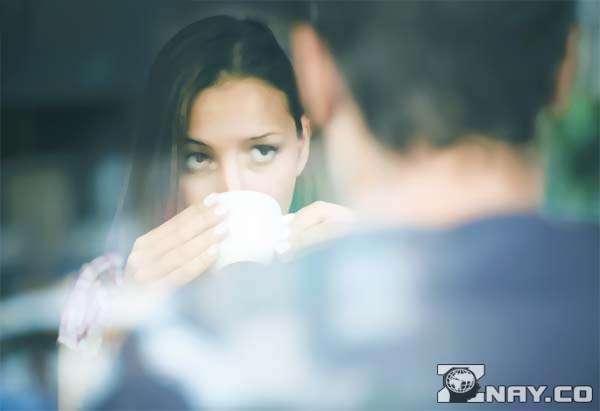 Девушка слушает и пьет кофе