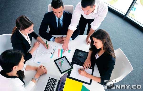 Коллективно решают деловые задачи